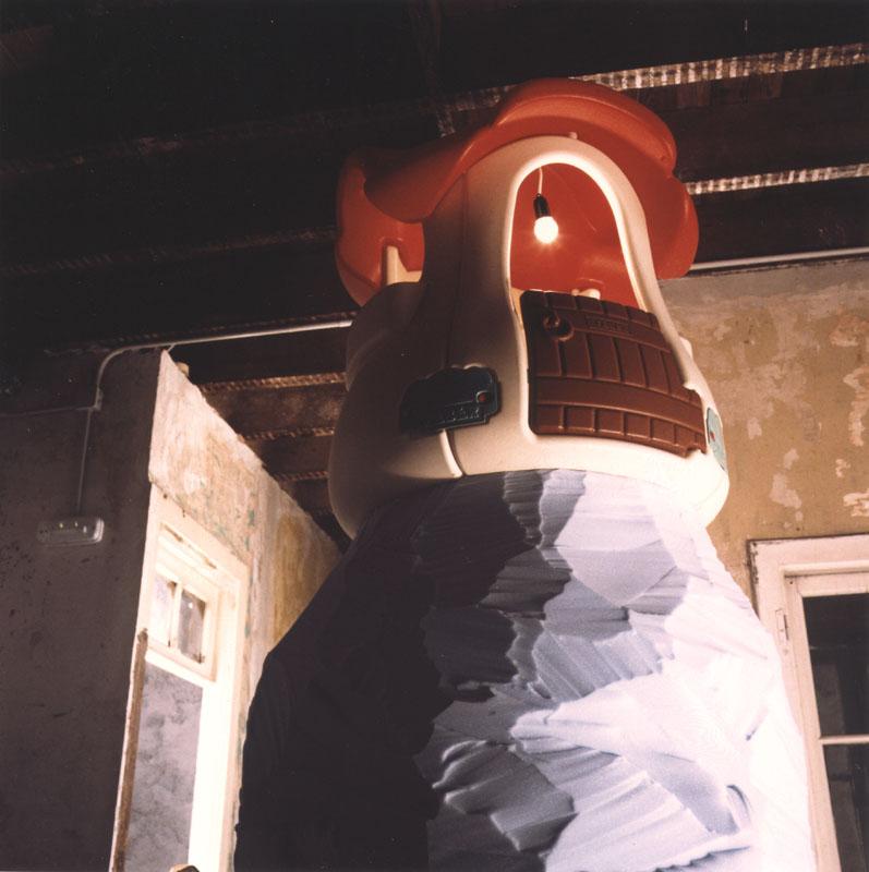 ¡ñam!, ¡ñam!, ¡slurp!, ¡slurp!, ¡flop!, ¡flop!, ¡ohhh!, Ayayay! 1998. plástico, bombilla, audio, cable y espuma. 300 X 110 x 112 cm.