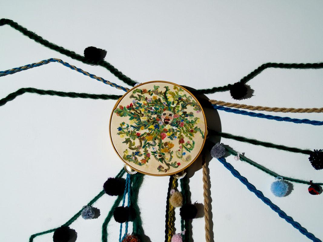 Flor sin olor, le falta lo mejor. pandereta pintada, y trenzas de lana. Foto Javier Lamela