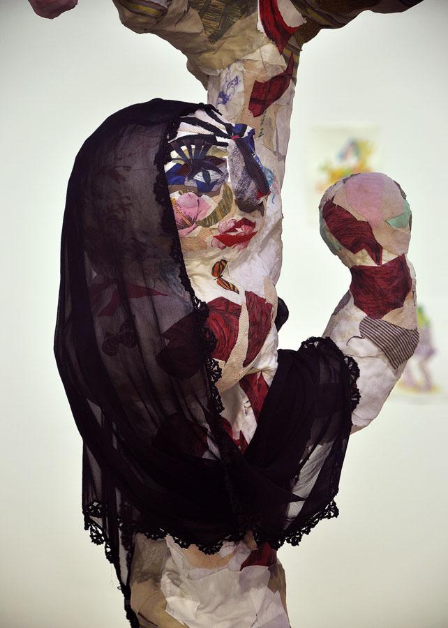 S-T, 2011, detalle del grupo escultórico. Tela pegada y materiales diversos. 132 x 48 x 110. Montaje en la exposición