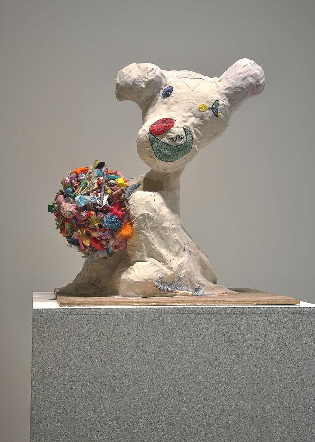 El fantasma de Miró con helado de rocky-road, 2011. Materiales diversos. 82 x 70 x 70 cm.Exp.