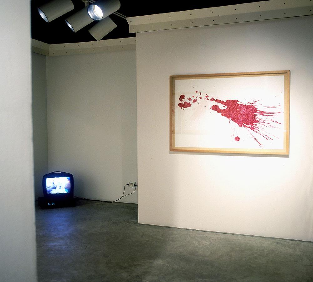 Montaje De la mano a la boca. Junto a J.C Román, 2002. Galería Palma dotze. Vilafranca del Penedés