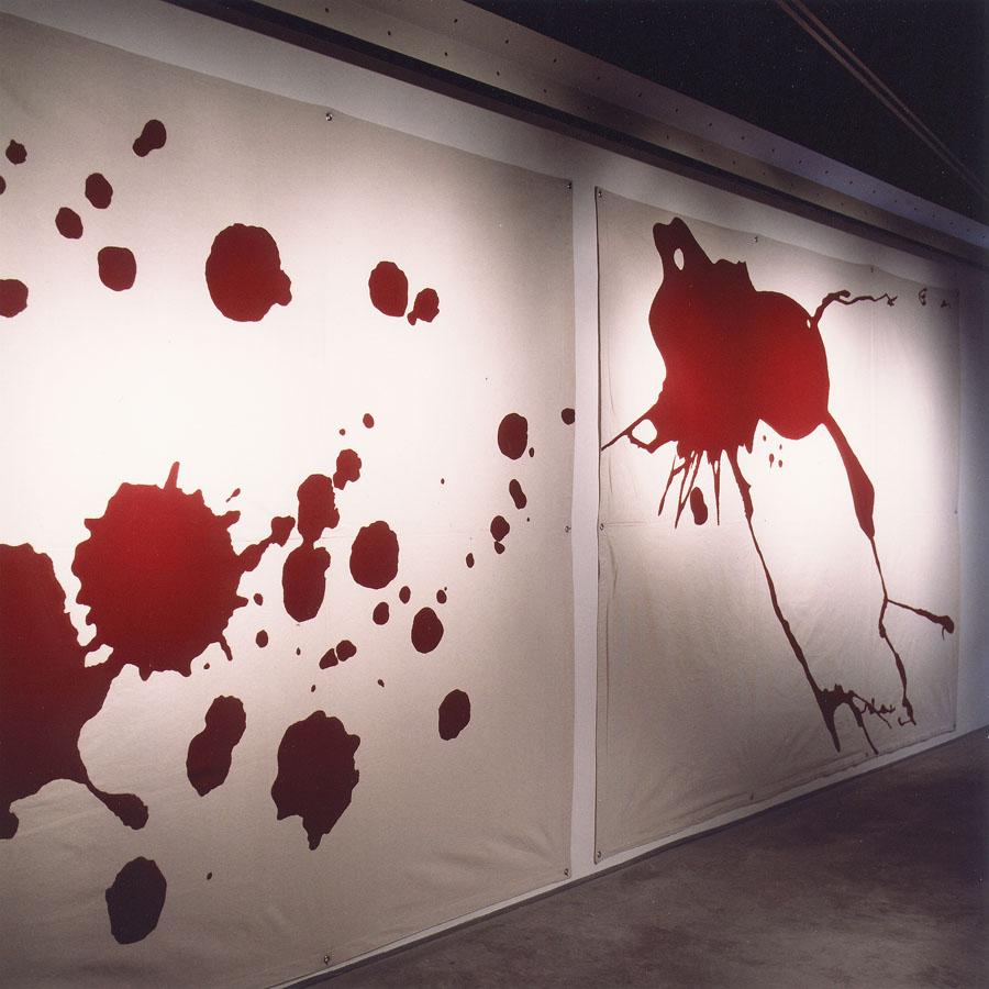 Vista de la Exposición De la mano a la boca. Junto a J.C Román, 2002. Galería Palma dotze. Vilafranca del Penedés