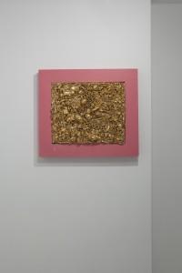 Verísimo. Barro, oro.   50x40x6 cm.