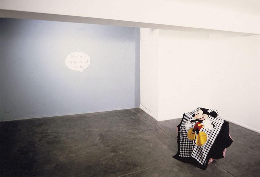 No me toques el pelo, 1998. Bocadillo pintado al óleo sobre alumnino. Montaje en la Galería Espai Lucas. Valencia.