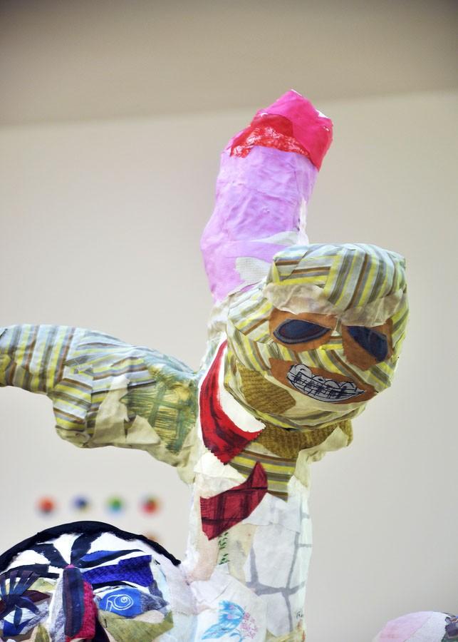 """S-T, 2011, detalle del grupo escultórico. Tela pegada y materiales diversos. Montaje en la exposición """"O Bosquexo do Mundo"""" en el MARCO. Vigo, 2013"""