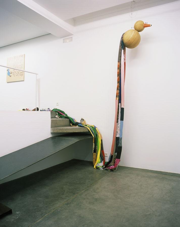 """""""El pájaro volador"""", 2001. De la serie Trabajos manuales artísticos. Bolas de madera, cono de lana, cartón, pelotitas y tiras de tela. Exposición en la Galería Espai Lucas. Valencia"""