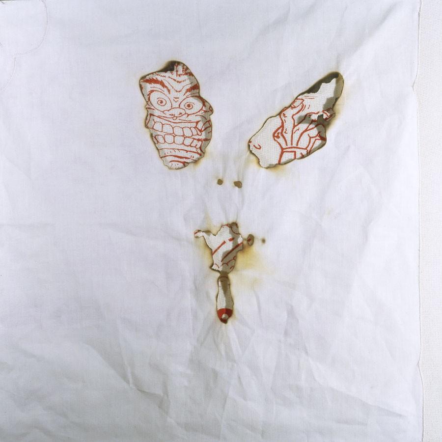 Remamahuevos, 2001. Tela quemada sobre tela estampada y madera. 45 x 45 cm
