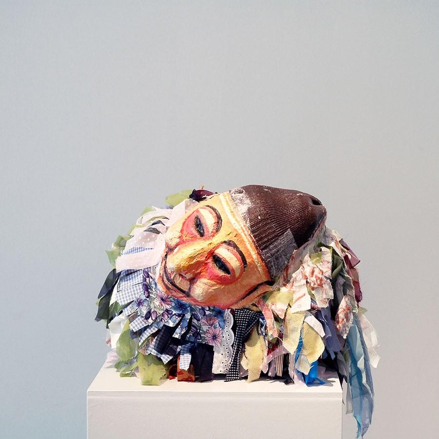 Un gallo sin plumas, 2008. Tela, careta y pintura. 52 x 46 x 32 cm