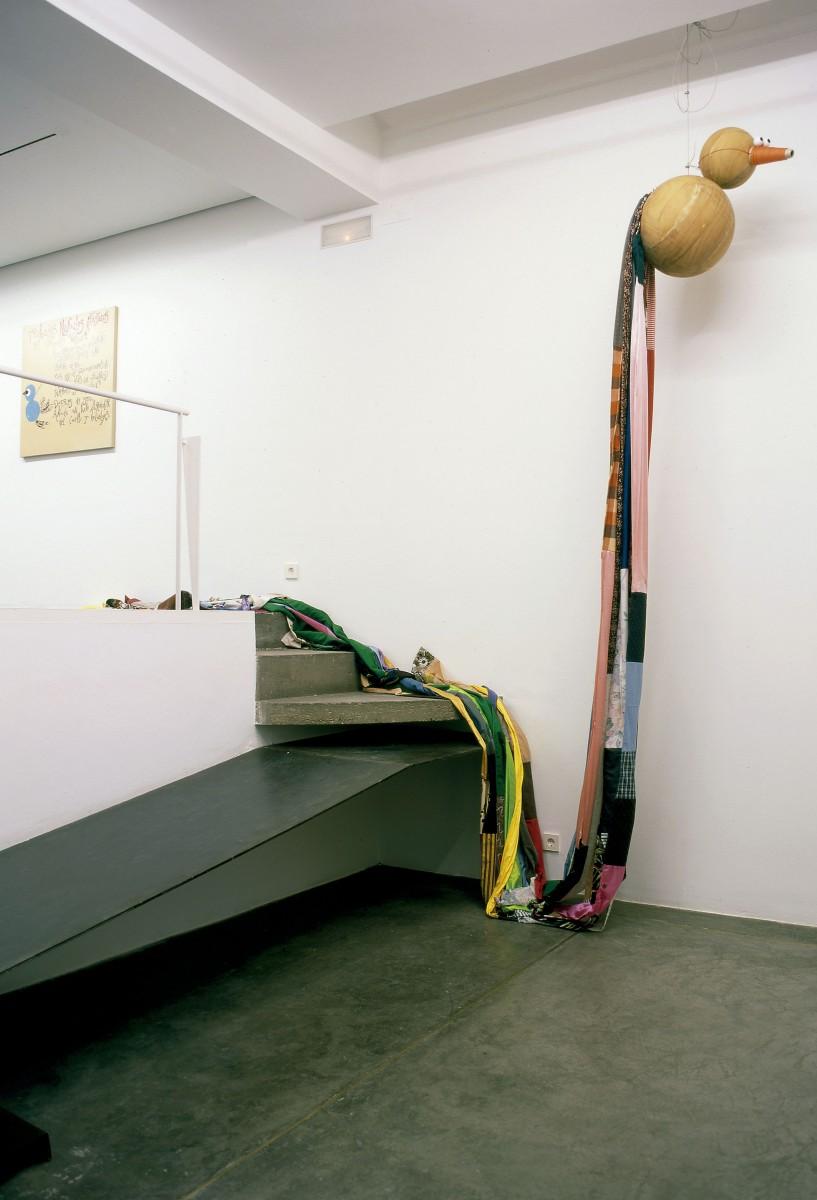 El pájaro volador (Trabajos manuales artísticos) 2001. Vista de la Exposición Leche, cacao, avellanas y azúcar..., Espai Lucas Gallery, Valencia, 2001