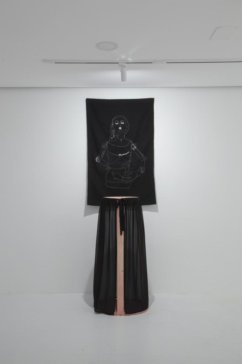 Candelero pintado, falda de tela (109 x 56 x 40 cm.) y pespunte sobre tela (80 x60 cm.)