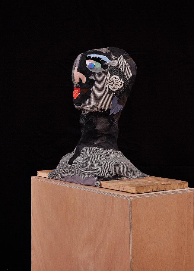 S-T, 2009. Tela y madera. 55 x 23 x 46 cm