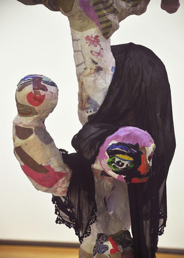 S_T, 2011, detalle del grupo escultórico. Tela pegada y materiales diversos. 132 x 48 x 110. Montaje en la exposición