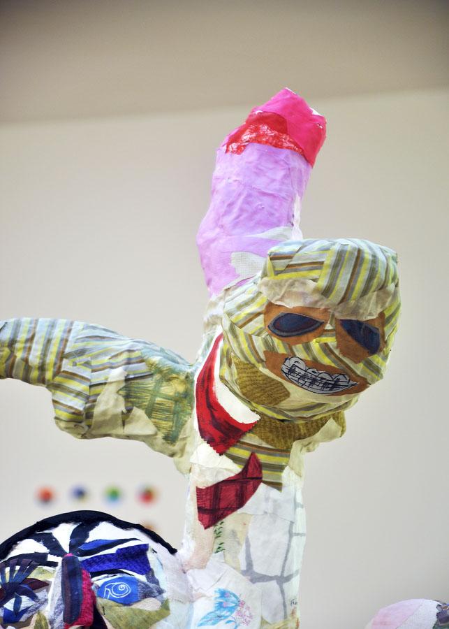S-T, 2011, detalle del grupo escultórico. Tela pegada y materiales diversos. Montaje en la exposición