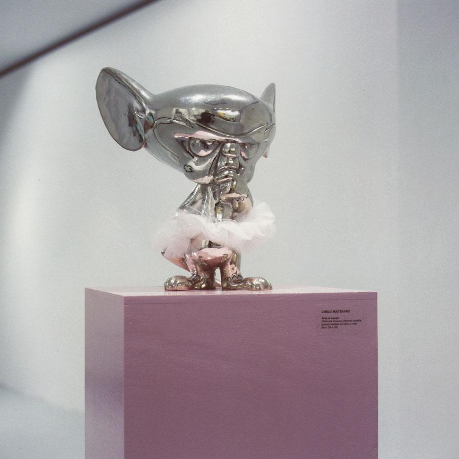 Ante el espejo, 1999. Bronce bañado en plata y tu-tú de tela