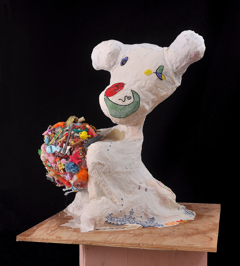 El fantasma de Miró con helado de rocky-road, 2011. Materiales diversos. 82 x 70 x 70 cm