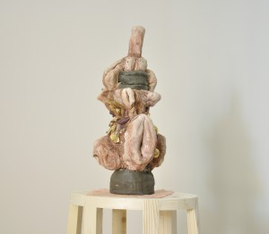 Barro, oro, candelero y pañuelo de encaje de Camariñas. 154x 50 x 29cm