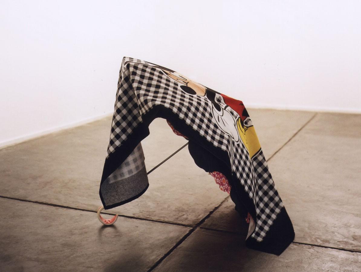Estamos húmedos, 1998. Toalla y paraguas. Montaje en la galería Espai Lucas, Valencia.
