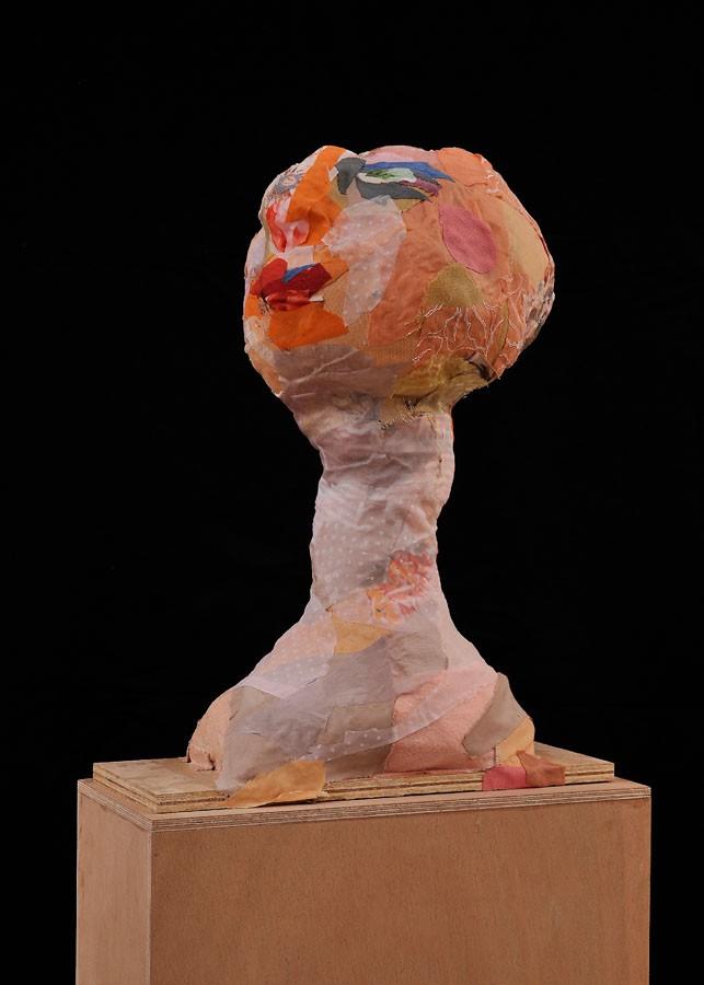 S-T, 2009. Tela y madera. 40 x 16 x 54 cm
