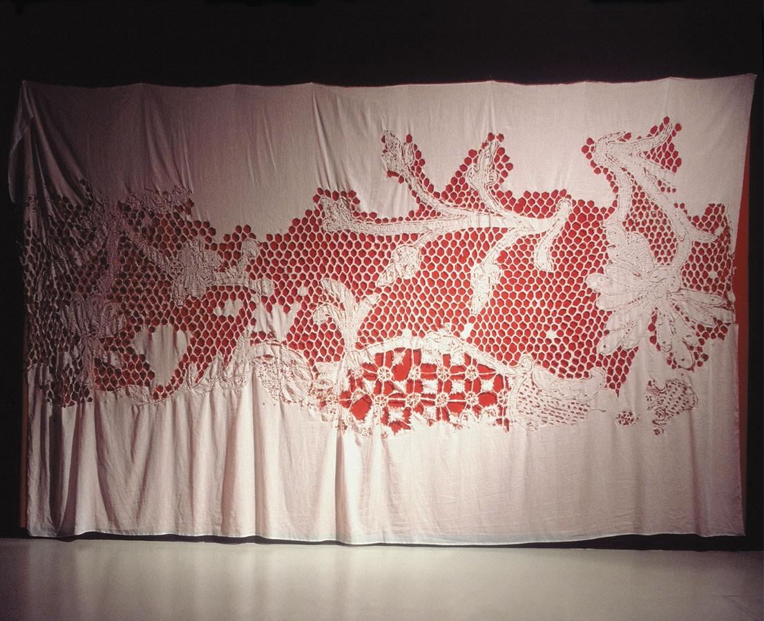 """""""Después de 30 cartones de tabaco rubio"""" 2002. Tela quemaday terciopelo rojo.500 x 300 cm. Colección CGAC"""