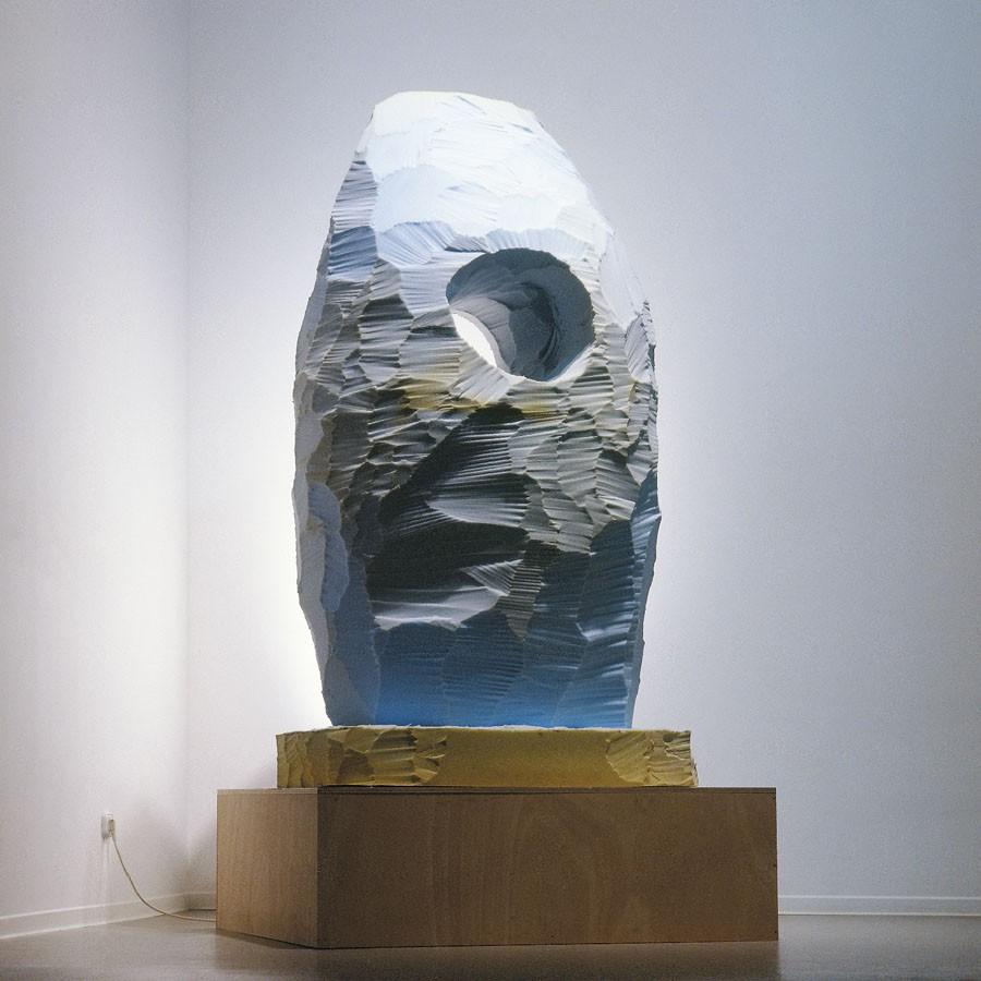 Escultura- escultura, 2001. Espuma tallada y peana de madera. 200 x 80 x65 cm