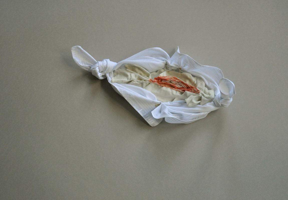 Placer consolidado. Porcelana entre pañuelo de caballero. 2014