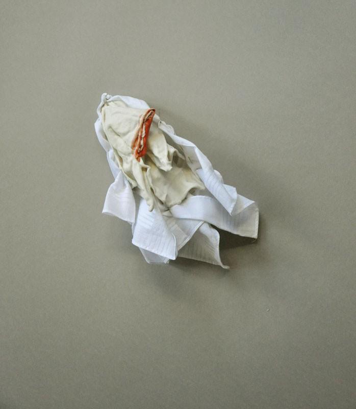 Placer consolidado. Porcelana entre pañuelo de caballero. 2014.II