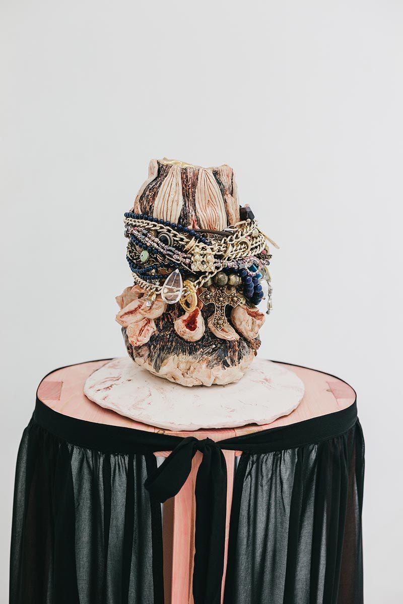 Una mujer que estaba hueca (detalle). Cerámica, tela, madera y bisutería