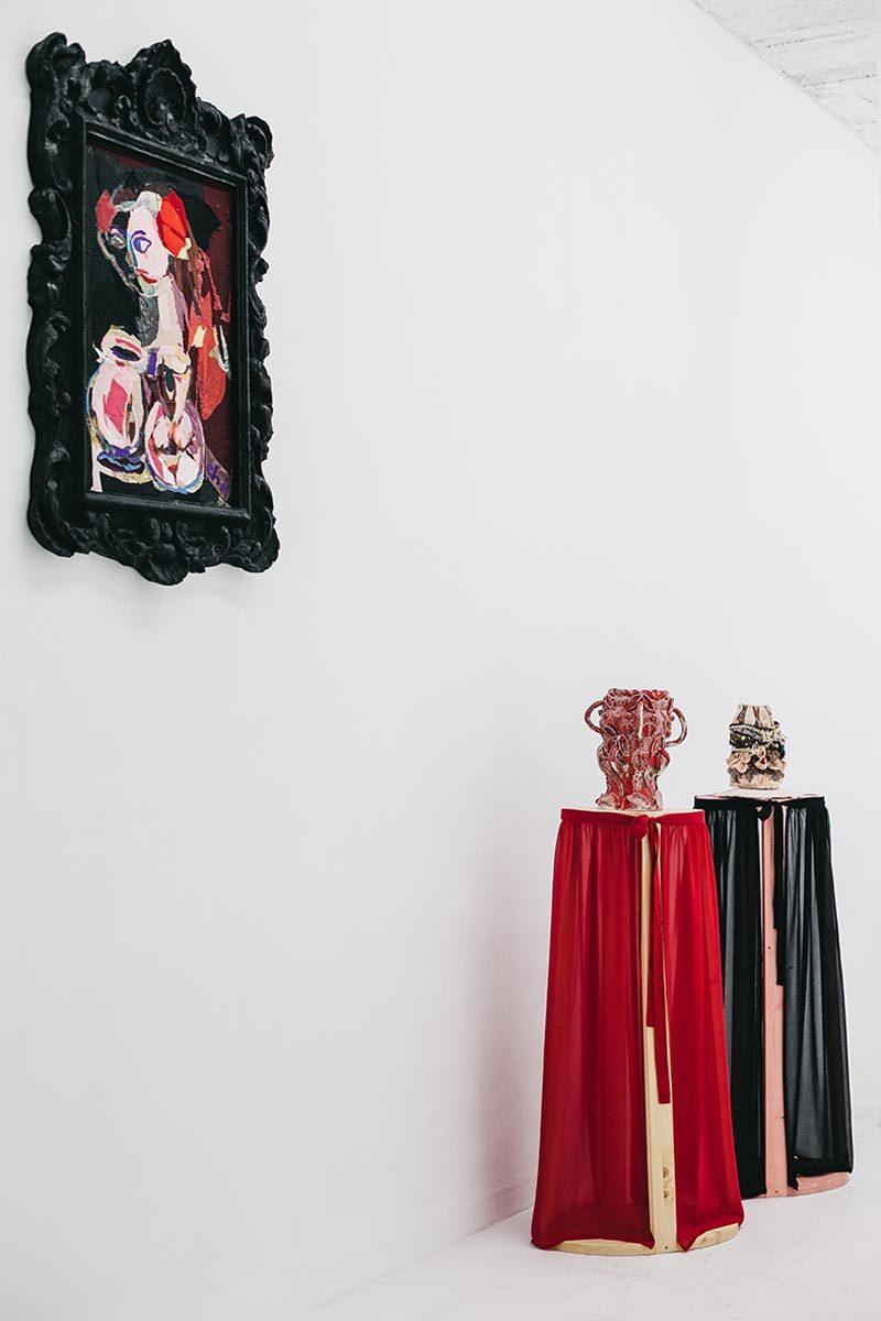 """Vista de montaje de """"noble y bizarro"""" en galería Espacio Olvera"""